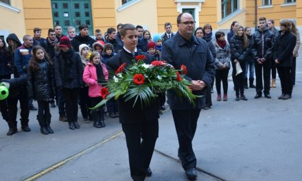 A piarista polgármester – Kada Elek emléktábla a Piarista Iskola falán