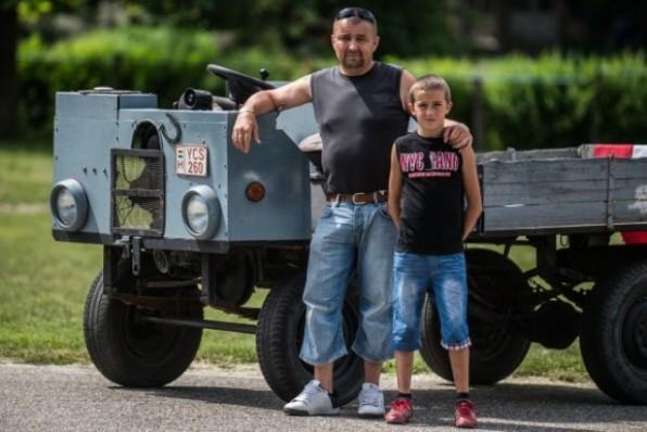 Újvári Sándor felvétele: Tóth Tibor és Tóth Dániel a Trabant motorral szerelt csettegõje mellett