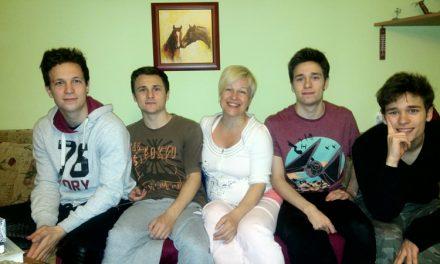 Májusi Montázs-est Huszár Ildikóval és fiaival