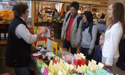 Japán vendégek a kecskeméti Piaccsarnokban