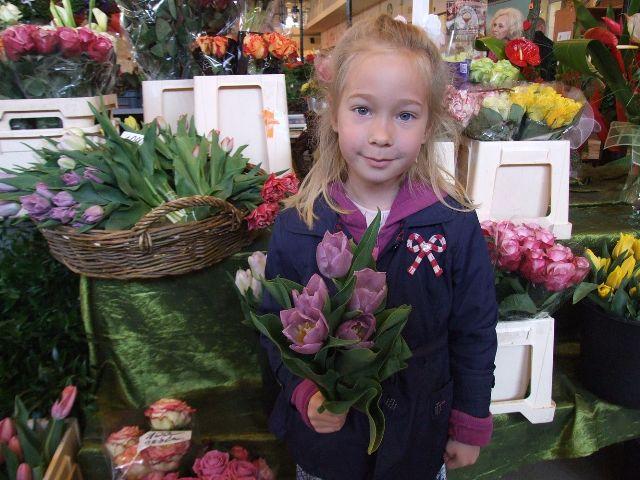 Színpompás virágok anyák napjára a kecskeméti piaccsarnokban