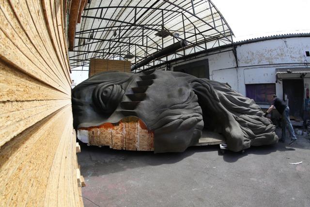 Óriás Shakespeare-fejet formál a Vízkereszt homokvára