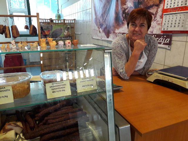 """Kemenczei Mária füstölt """"disznóságai"""" kedveltek a kecskeméti piacon"""