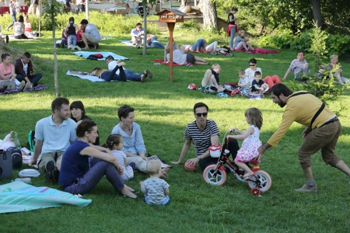 Tavaszköszöntő piknikezés sztárfellépőkkel a Zsolnay Negyedben