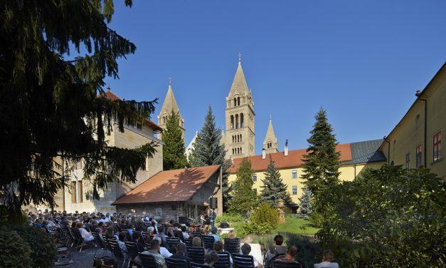 Könnyed nyáresti kikapcsolódás a pécsi Püspöki Palota kertjében