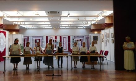 A Hírös Gobelin és Kézimunka Klub kiállítása a Hírös Agórában