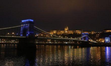 """""""UNICEF-kékbe"""" öltözött a város számos ikonikus építménye a gyermekjogok világnapján"""