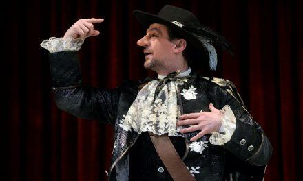 """""""Fájdalmas és mégis felemelő"""" – A Cyrano zárja a nagyszínházi bemutatók sorát Miskolcon"""