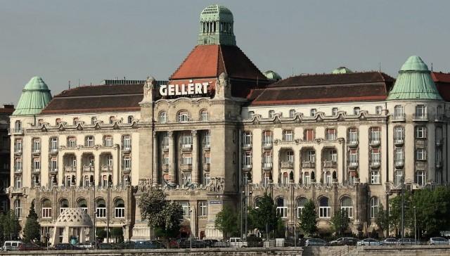 Lovagavatás a budapesti Gellért Szálló dísztermében