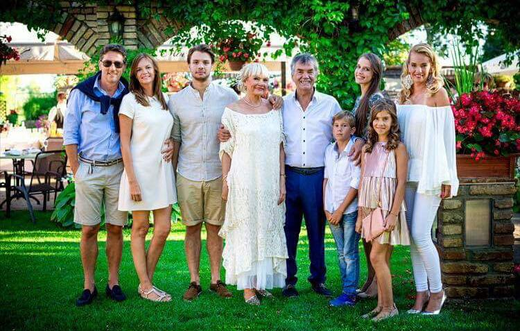 Montázs est Farkas Gábor építésszel és családjával