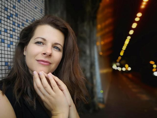 Dobó Enikő színművésznővel beszélgetünk két színház határán