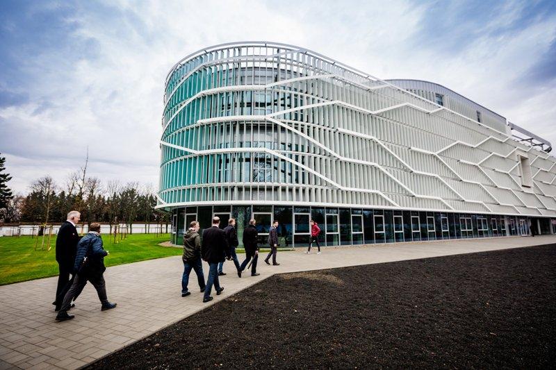 A Mercedes gyár vezetői látogattak el a Neumann János Egyetemre
