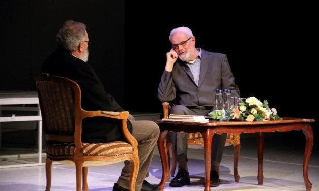 A színpadon hírös kecskemétiek beszélgetnek